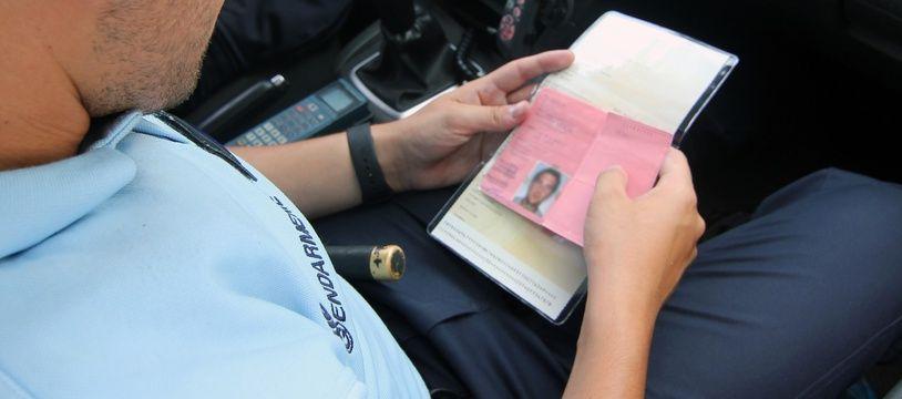 Illustration d'un contrôle de permis de conduire mené par la gendarmerie, ici entre Rennes et Nantes.