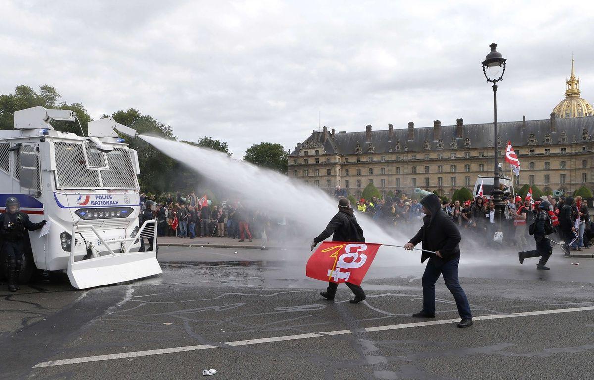 Des manifestants ciblés par un canon à eau de la police, lors de la manifestation contre la loi travail, le 14 juin 2016 à Paris. – Francois Mori/AP/SIPA
