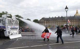 Des manifestants ciblés par un canon à eau de la police, lors de la manifestation contre la loi travail, le 14 juin 2016 à Paris.