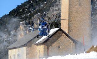 Un hélicoptère de la gendarmerie mobilisé après l'avalanche de dimanche qui a tué six skieurs dans le Queyras.
