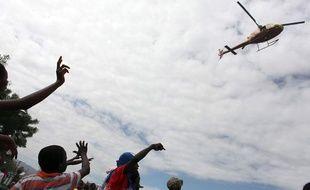 L'aéroport de Port-au-Prince, équipé d'une seule piste, est engorgé par le trafic des avions transportant aide humanitaire et équipes de secours.