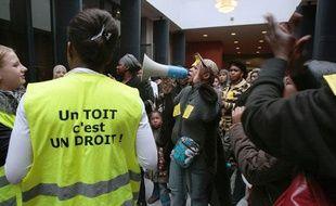 Des familles ont investi, le 30 octobre 2009, à l'appel de Droit au Logement (DAL), la chambre nationale des huissiers à Paris, avant la trêve hivernale des expulsions, effective le 02 novembre 2009.