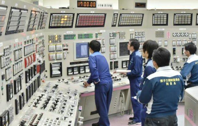 Des employés du réacteur nucléaire de Takahama, à 380 km de l'ouest de Tokyo, travaillent le 26 février 2016 à sa remise en marche