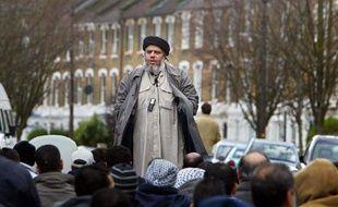 L'imam Abou Hamza prêche lors de la prière du vendredi près de la mosquée de Finsbury Park au nord de Londres le 26 mars 2004