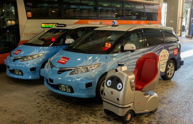 Un bus, des taxis autonomes et une voiturette électrique utilisés dans une expérimentation de transports sans conducteur, à Tokyo le 20 janvier 2020.