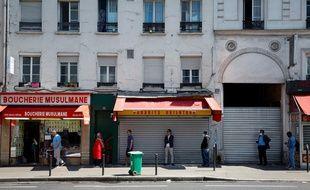 Une file d'attente au premier jour du ramadan, dans le 18e arrondissement de Paris.