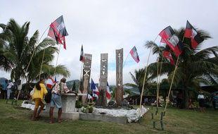 Des Polynésiens devant le mémorial rendant hommage aux victimes des tests nucléaire en 2014 à Papeete.