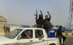 Une photo prise à partir d'une vidéo diffusée sur Youtube et montrant des supposés combattants de l'EIIL défilant dans le ville de Baiji au nord de l'Irak, le 17 juin 2014