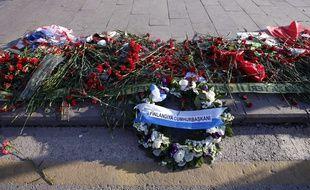 Des fleurs sur les lieux du double attentat en mémoire des victimes de l'attentat d'Ankara.