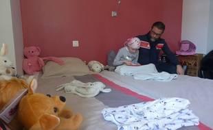 Carla et son papa viennent de Corse. Ils sont hébergés par la maison du bonheur depuis huit mois.
