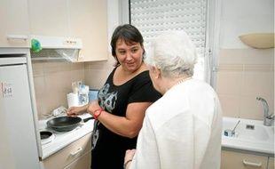 Denise, 91 ans, et Laetitia, auxiliaire de vie, préparent à manger ensemble.