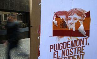 """Une affiche """"Puigdemont our President"""" dans les rues de Barcelone alors que la Catalogne vote ce jeudi pour son parlement régional."""