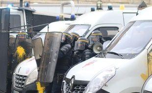 Les CRS qui protègent la place Pey-Berland à Bordeaux ont essuyé divers projectiles.