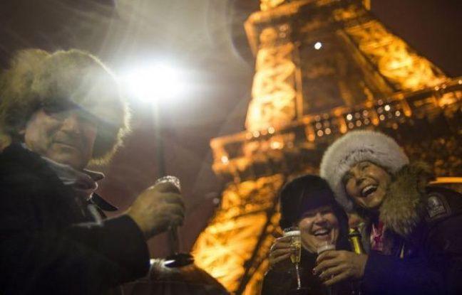 Quelque 300.000 personnes ont fêté le Nouvel An dans la nuit sur les Champs-Elysées et 40.000 autres au Champ de Mars et au Trocadéro, selon la préfecture de police de Paris, qui ne faisait pas état d'incidents notables mardi matin.