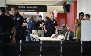 Des policiers à l'aéroport de Los Angeles après une fusillade, le 1er novembre 2013