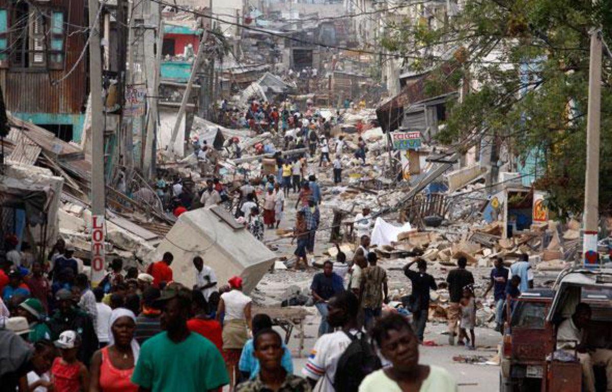 Trois jours après le séisme, la population haïtienne s'organise malgré le chaos qui régne dans la capitale Port-au-Prince. – REUTERS