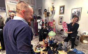 Nina Oukiss présente un manteau pour chien au sein de la boutique Rock'N'Old, à Cap 3000, à Saint-Laurent-du-Var