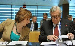 L'Union européenne a envoyé lundi un signe de soutien à l'opposition syrienne en autorisant les importations de pétrole des zones qu'elle contrôle, tandis que le débat sur l'opportunité de lui livrer des armes se poursuit, le secrétaire général de l'ONU appelant à stopper la livraison d'armes aux deux camps.