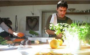 Chez Graine et ficelle, le cours de cuisine dure trois heures environ et coûte 30 € par tête.