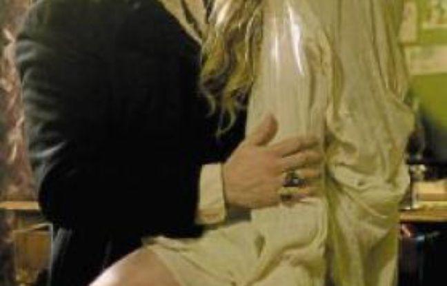 Anne Charrier (Véra) est encore au Paradis à la saison 2.Le réalisateur, Jérôme Cornuau, mime un coup de feu.Michael Cohen (Mosca) et Jemima West (Rose).