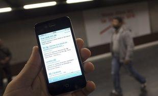 Paris le 3 octobre 2012. Illustration amelioration de la couverture reseau 3G 3G dans le metro et le RER de Paris. Telephonie mobile. Telephone portable.