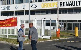 Du personnel devant l'usine de la Fonderie de Bretagne (groupe Renault) à Caudan.