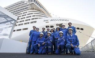 Des ouvriers des Chantiers de l'Atlantique posent devant le paquebot «MSC Bellissima», le 27 février 2019.