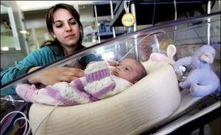 Un cocon pour permettre aux nouveau-nés, notamment les prématurés, de se tenir comme dans le ventre de leur mère va être commercialisé après avoir été mis au point à l'Hôpital Nord de Marseille, a annoncé vendredi le docteur Christian Palix, chef du service de néonatologie.