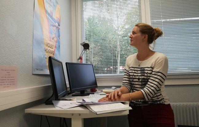 Audrey Bergouignan, physiologiste française, sur son bureau debout à Strasbourg (Bas-Rhin).