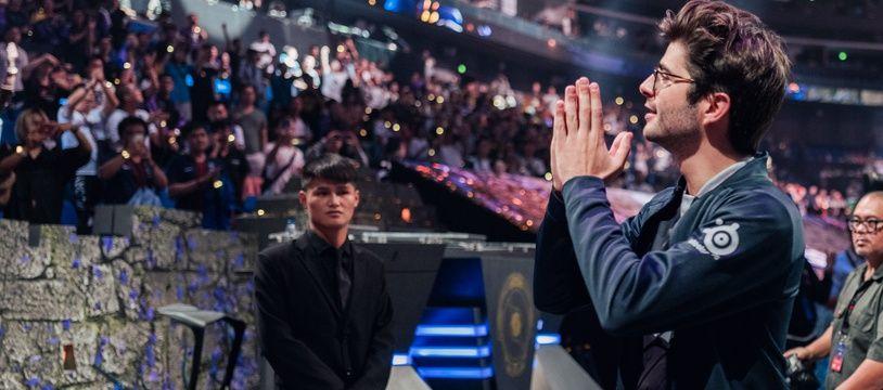 Sébastien Debs remercie le public après le titre à The International
