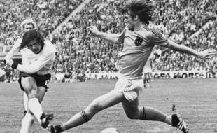 (FILES) - West German forward Gerd Muller (L) scores the second goal for his team despite the being pressured by Dutch defender Rudi Krol, 07 July 1974 in Munich, during the World Soccer Cup final. West Germany defeated the Netherlands 2-1.