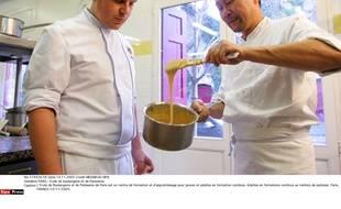 Un adulte en formation à l'école de boulangerie et de patisserie de Paris.