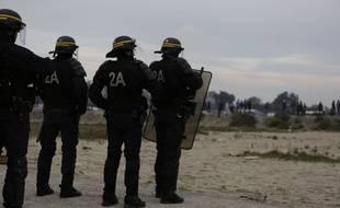 Des policiers de la CRS aux abords de l'ex-jungle de Calais.