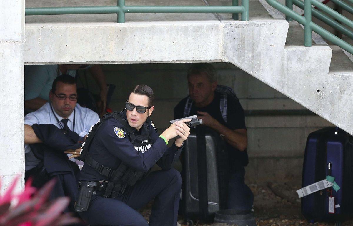 Un policier sécurise le périmètre après une fusillade à l'aéroport de Fort Lauderdale, en Floride, le 6 janvier 2017. – D.SANTIAGO/AP/SIPA