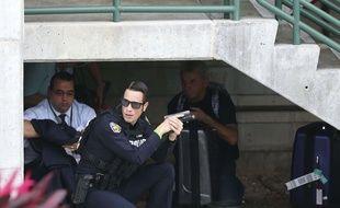 Un policier sécurise le périmètre après une fusillade à l'aéroport de Fort Lauderdale, en Floride, le 6 janvier 2017.