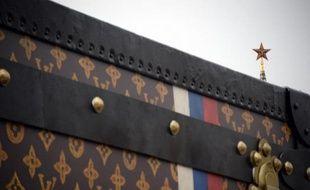 Le Kremlin a exigé que soit démontée la malle géante aux couleurs de la marque de luxe française Louis Vuitton installée sur la place Rouge, classée au patrimoine mondial de l'Unesco, pour mettre fin à un scandale qui agite Moscou.