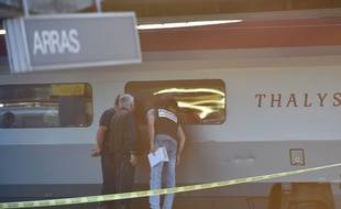 Enquêteurs à Arras près du train Thalys où a eu lieu une fusillade le 21 août 2015.