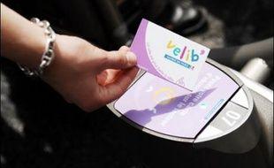 Les vélos sont libérés grâce à une carte magnétique: carte d'abonné à l'année, carte pour la journée ou la semaine payée à la borne par carte bancaire.