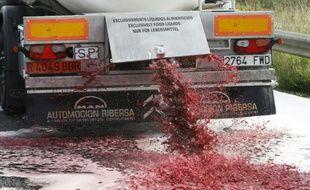 Des viticulteurs ont ouvert le robinet d'un camion-citerne espagnol contenant du vin, le déversant sur la route à Boulou (Pyrénées-Orientales), à une dizaine de km de la frontière franco-espagnole, le 4 avril 2016