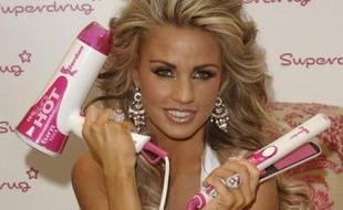 Le mannequin britannique Katie Price lance sa ligne de sèche-cheveux, Londres, le 25 octobre 2007.