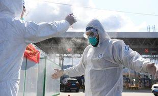 Des volontaires pour les décontaminations du coronavirus se préparent à Wenzhou.