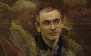 Mikhail Khodorkovski dans le box des accusés à Moscou, en Russie, lors de son appel le 22 septembre 2005.