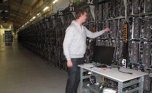 La ferme Enigma en Islande, l'une des plus grandes installations de minage au monde. À l'intérieur du hangar, des dizaines de milliers de «mining rigs» (stations de minage) s'alignent sur près de 400m2.