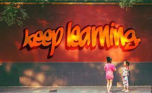 Illustration d'enfants devant un slogan