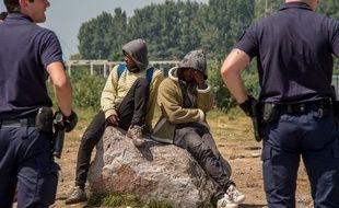Des policiers font face à des migrants le 1er juin 2017 à Calais