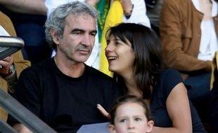 Le sélectionneur de la France Raymond Domenech, a éludé une question sur son avenir après l'élimination de son équipe et a demandé en mariage sa compagne Estelle Denis, présentatrice de télévision, à l'issue du match perdu contre l'Italie (2-0), mardi soir sur M6.
