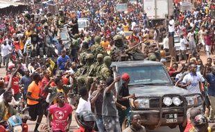Des militaires acclamés par la population à Conakry, après le coup d'Etat en Guinée.