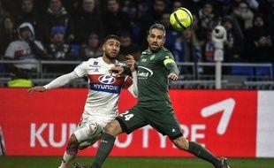 Nabil Fekir, ici au duel avec Loïc Perrin, a dû sortir après une alerte au genou à la 70e minute de jeu.