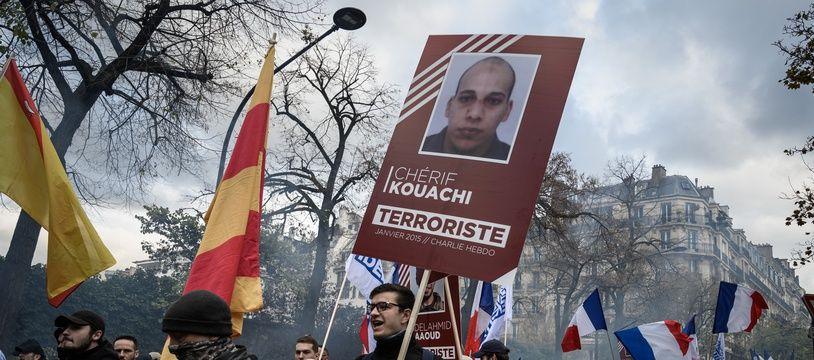 Un manifestant de Génération identitaire brandit le portrait du terroriste Chérif Kouachi, à Paris, le 17 novembre 2019.