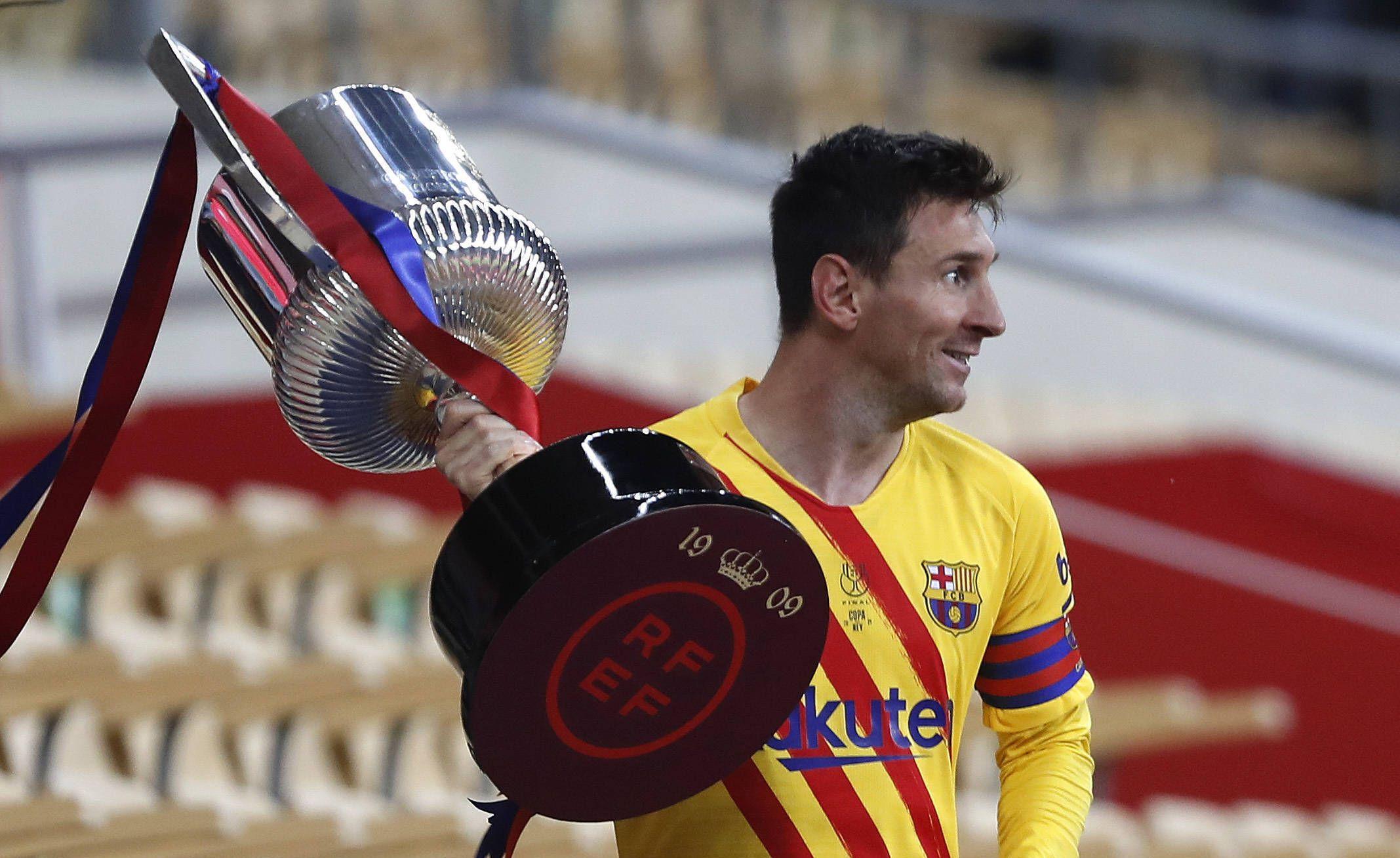 Lionel Messi, le 17 avril 2021 avec la coupe du Roi entre ses mains.